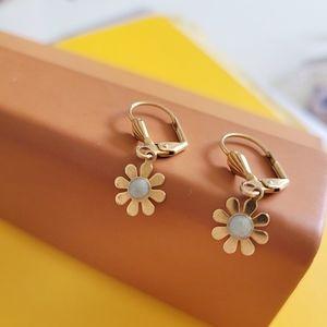Gold daisy vtg lever back dangle earrings
